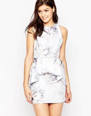True Violet Платье с большой оборкой и цветочным принтом. Цвет: синий