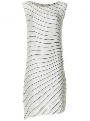 Плиссированное платье миди в полоску Issey Miyake. Цвет: серый