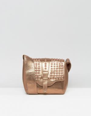 Urbancode Бронзовая кожаная фестивальная сумка через плечо с заклепками в цвет U. Цвет: медный