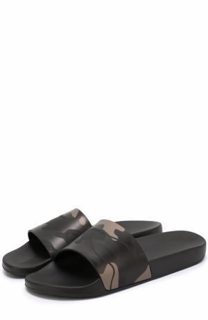 Резиновые шлепанцы с камуфляжным принтом Valentino. Цвет: черный