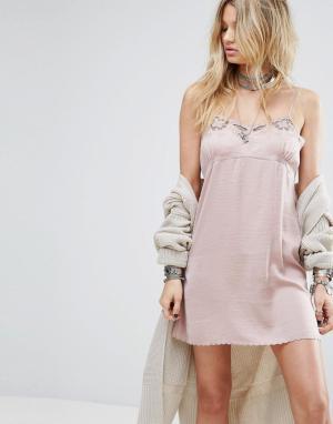 Honey Punch Атласное платье-комбинация с кружевной отделкой. Цвет: розовый