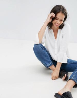 Soaked in Luxury Блузка с V-образным вырезом и оборками на рукавах. Цвет: белый