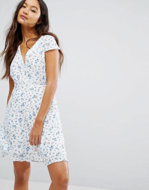 Jack Wills Чайное платье на пуговицах с цветочным принтом. Цвет: белый