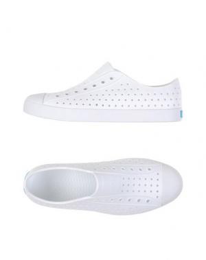 Низкие кеды и кроссовки NATIVE. Цвет: белый
