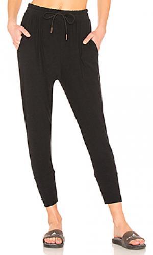 Свободные брюки weekend traveler Beyond Yoga. Цвет: черный