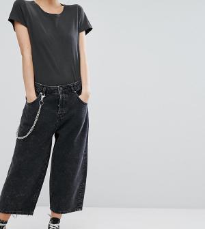 ASOS Petite Черные укороченные джинсы карго с эффектом кислотной стирки и цепочкой. Цвет: черный