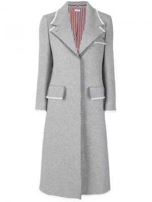 Пальто с необработанными краями на пуговицах Thom Browne. Цвет: серый