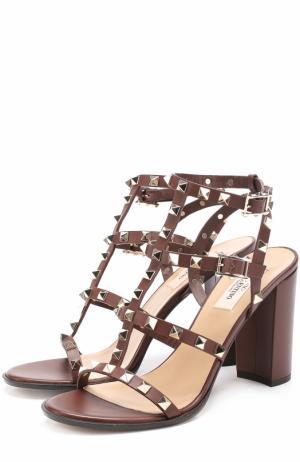 Кожаные босоножки Rockstud на устойчивом каблуке Valentino. Цвет: коричневый