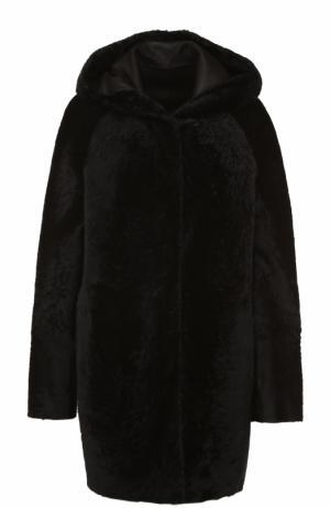 Шуба из меха овчины с капюшоном DROMe. Цвет: черный
