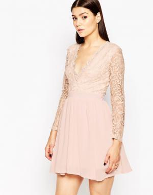 Club L Приталенное платье с кружевной отделкой. Цвет: розовый