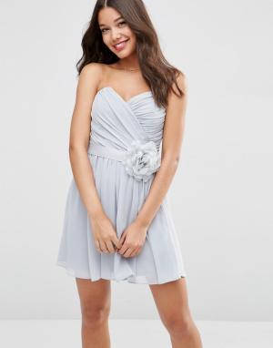 ASOS Шифоновое платье‑бандо мини со съемным цветочным украшением WEDDI. Цвет: серый