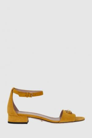 Замшевые сандалии Gucci. Цвет: желтый