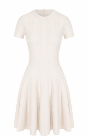 Приталенное мини-платье с коротким рукавом Alaia. Цвет: белый