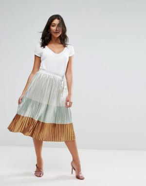 Liquorish Плиссированная юбка миди с эффектом металлик. Цвет: медный