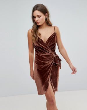 Parisian Бархатное платье на бретельках с запахом и поясом. Цвет: коричневый