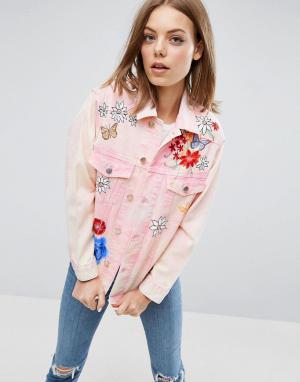 ASOS Розовая джинсовая куртка с цветочным рисунком. Цвет: розовый