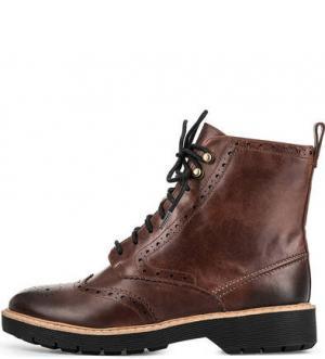 Кожаные ботинки с брогированием Clarks. Цвет: коричневый