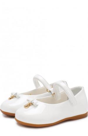 Лаковые туфли с ремешком и бантами Dolce & Gabbana. Цвет: белый