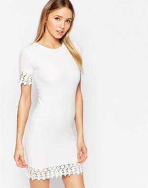 Club L Цельнокройное платье с кружевной отделкой. Цвет: белый