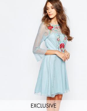 Frock and Frill Приталенное платье с вышивкой. Цвет: синий