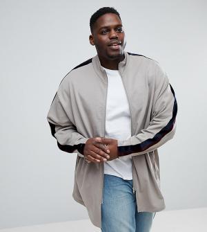 ASOS Длинная трикотажная спортивная куртка с велюровыми полосками PLUS. Цвет: бежевый