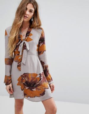 Honey Punch Платье на пуговицах с завязкой горловине. Цвет: серый