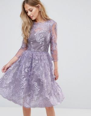 Chi London Кружевное платье миди с V-образным вырезом сзади. Цвет: фиолетовый