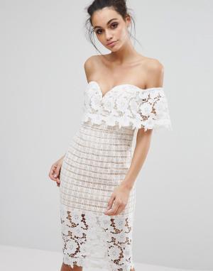Love Triangle Платье миди из премиум-кружева с открытыми плечами. Цвет: белый