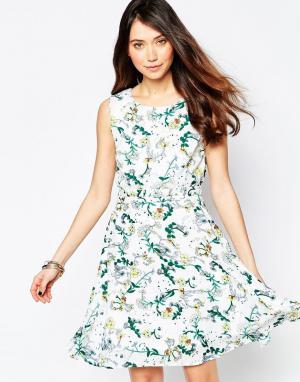 Iska Короткое приталенное платье с цветочным принтом и завязкой. Цвет: белый