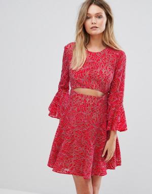 BCBG MaxAzria Кружевное платье с вырезом. Цвет: красный