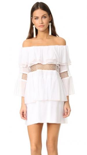 Пляжное платье Closer с оборками и открытыми плечами Suboo. Цвет: белый