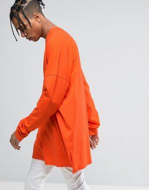 ASOS Оранжевый oversize-лонгслив с удлиненными рукавами. Цвет: красный