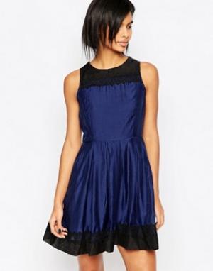 Iska Платье для выпускного с кружевными вставками. Цвет: темно-синий