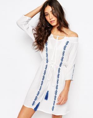 Akasa Пляжное платье с широким вырезом и вышивкой. Цвет: белый