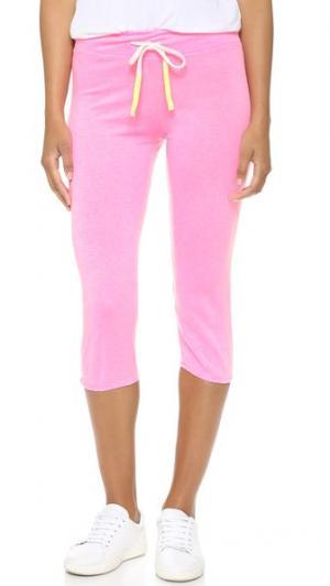 Спортивные брюки-капри из легкой махровой ткани SUNDRY. Цвет: розовый