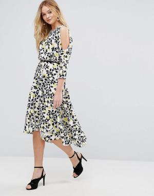 Closet London Асимметричное платье миди с ремнем и открытыми плечами. Цвет: мульти