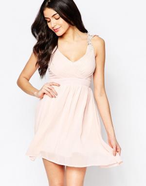 Club L Платье с запахом и ажурными бретельками. Цвет: розовый
