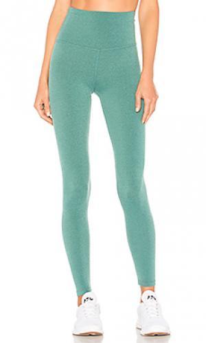 Длинные легинсы plush Beyond Yoga. Цвет: зеленый