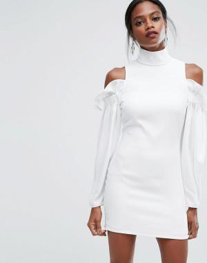 AQ Платье мини с оборками и вырезами на плечах AQ/AQ. Цвет: белый