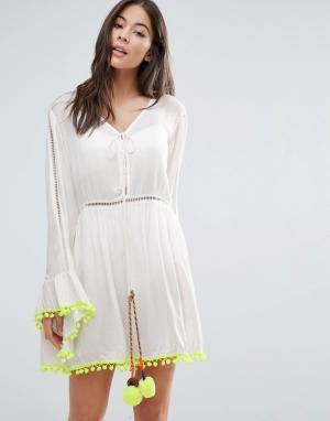 Anmol Пляжное платье мини с расклешенными рукавами и помпонами. Цвет: белый