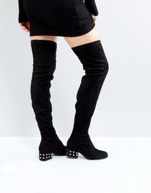London Rebel Ботфорты с серебристыми заклепками на среднем каблуке. Цвет: черный
