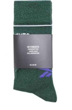 Однотонные носки с логотипом бренда Vetements. Цвет: зеленый