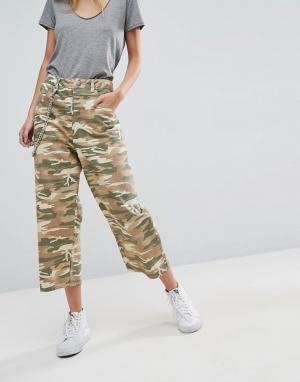 ASOS Укороченные джинсы с камуфляжным принтом. Цвет: зеленый
