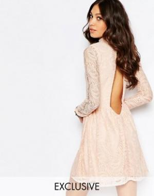 Rokoko Платье с высокой горловиной и открытой спиной. Цвет: розовый