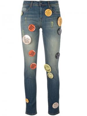 Декорированные джинсы с аппликацией значков Each X Other. Цвет: синий