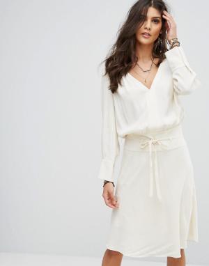 BA&SH Платье миди с рюшами. Цвет: кремовый
