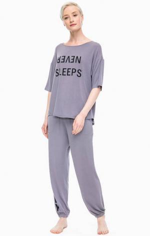Домашний комплект из серых футболки и брюк DKNY. Цвет: серый
