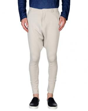 Повседневные брюки FIRST AID TO THE INJURED. Цвет: светло-серый