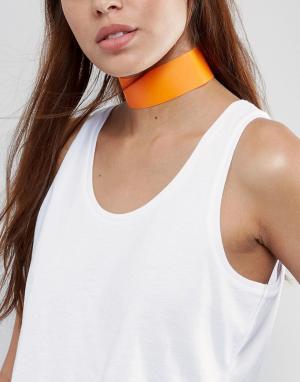 New Look Широкое пластмассовое ожерелье-чокер. Цвет: оранжевый