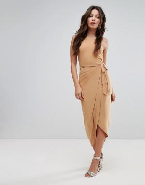 Club L Платье миди с высоким воротом и запахом. Цвет: коричневый